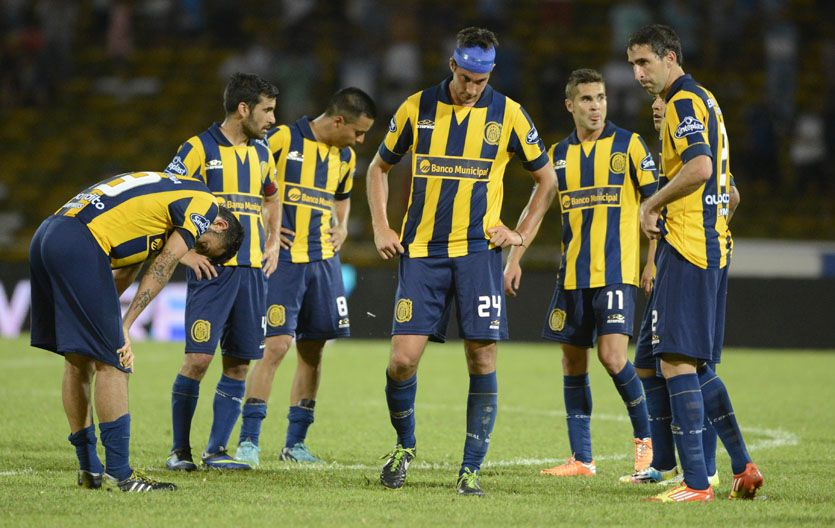Reunidos en el centro. Los jugadores canallas quedaron bajoneados tras la derrota en Córdoba.