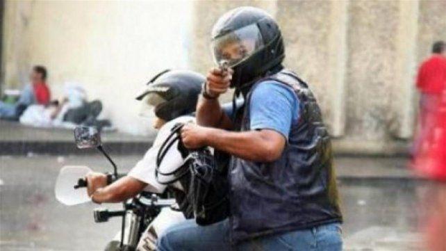 Sólo una persona por moto