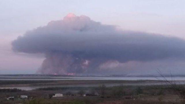 La densa columna de humo negro quedó registrada frente a las costas de Villa Constitución durante este sábado.