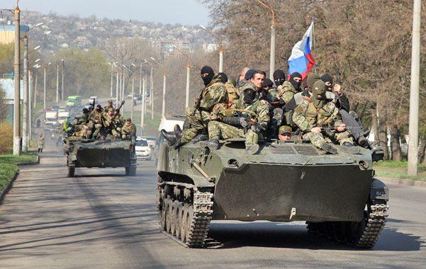 Humillados. La bandera rusa ondea sobre un blindado ucraniano.
