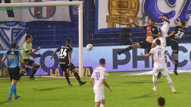 Cabezazo. Lucero impacta entre Cabral y Bíttolo y anota el gol del triunfo de Vélez.