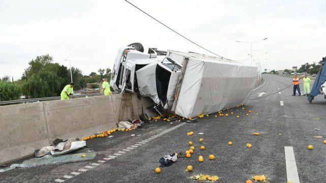 El camión que transportaba naranjas volcó sobre la avenida y hay un muerto.