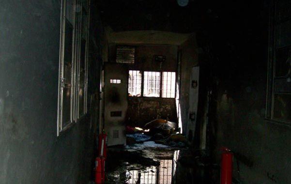 Pared quemada. Los Bomberos dicen que el fuego se inició a pocos centímetros del suelo y subió en forma piramidal.