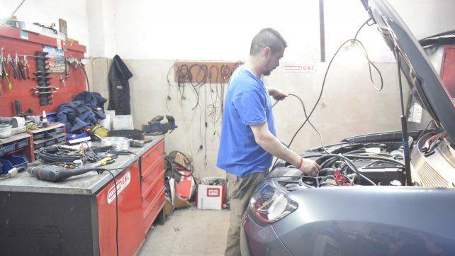 En problemas. El parque automotor se avejenta. La gente opta por coches viejos que repara barato y de forma sencilla