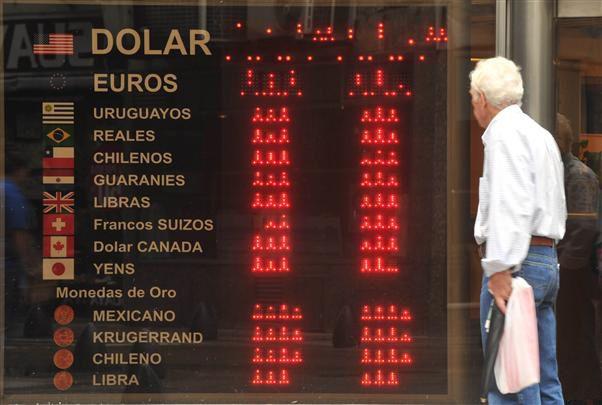 control. La autoridad monetaria vigila los movimientos del dólar.
