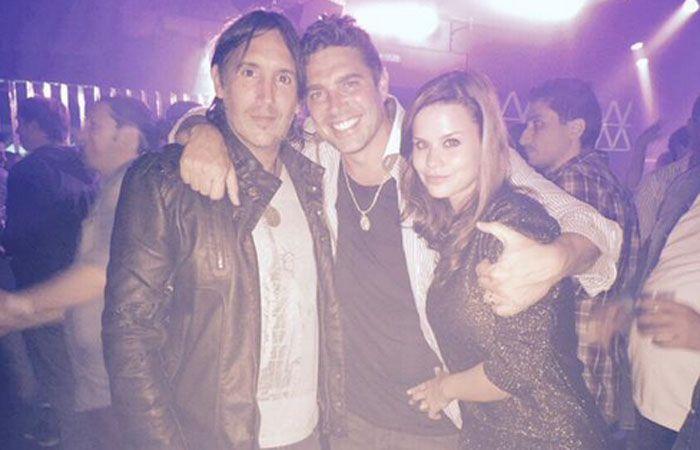 Matías Alé posa en una foto junto a un amigo y su futura esposa.