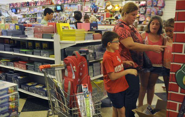 De compras. Los chicos tienen la palabra a la hora de elegir los útiles para el colegio.