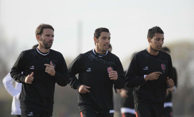 Bernardi trota junto a Maxi Rodríguez y Leonel Vangioni.