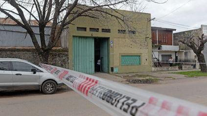 El taller mecánico de Garay al 3500, el lugar donde el último lunes fue ultimado a balazos Carlos Argüelles.