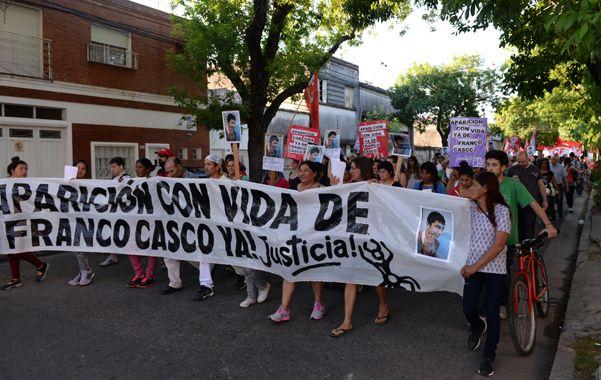 Unas trescientas personas marcharon ayer desde el cruce Alberdi hasta la comisaría 7ª bajo una sola consigna: Aparición con vida de Franco Casco.