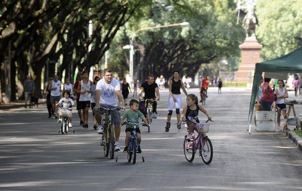 Miles de rosarinos se vuelcan los domingos por la mañana a la calle recreativa. (Foto de archivo)