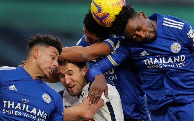 Harry Kane del Tottenham Hotspur es desplazado por los defensas del Leicester James Justin