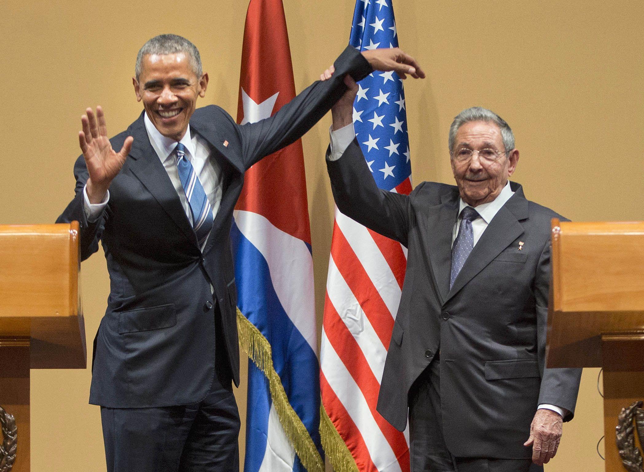 Buena onda. Obama y Raúl Castro se toman del brazo durante la conferencia de prensa.