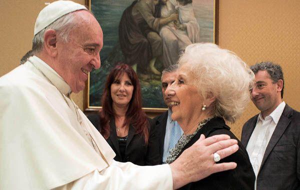 Francisco recibe a la titular de Abuelas en el Vaticano.