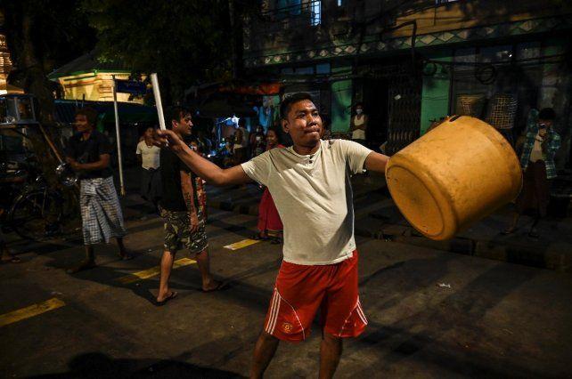 Cacerolazos al estilo de Myanmar este viernes en Rangún.