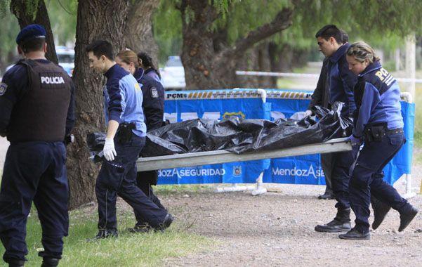 Tragedia. La policía mendocina retira el cuerpo del turista del parque.