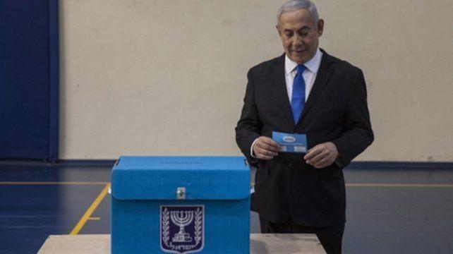 Jerusalén. El primer ministro se apresta a emitir su voto ayer.