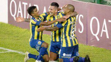 Zabala y Ferreira se suman al festejo de Damián Martínez, autor del cuarto gol canalla ante los chilenos.