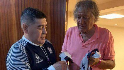 Diego Maradona y el Trinche Carlovich en una postal que pasó a la inmortalidad.
