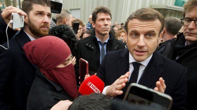 Macron quiso saludar a un ciudadano y éste le devolvió una bofetada