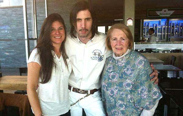 Familia. Javier Bazterrica junto a Fernanda y una tía de la joven. Entonces todos creían en él y eran felices.
