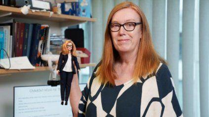 La científica británica Sarah Gilbert junto a su réplica.