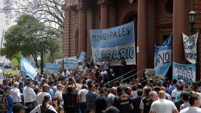 El paro de municipales se hace sentir con una movilización frente al Palacio de los Leones