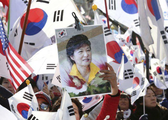 En la calle. Partidarios de Parak Geun-hye expresan su rechazo contra el fallo del tribunal constitucional.