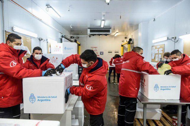 El gobierno inició la distribución de las vacunas que llegaron el lunes