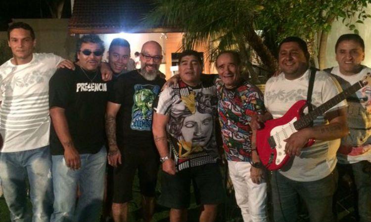 Maradona posa para la foto rodeado de los integrantes del grupo los de Fuego.