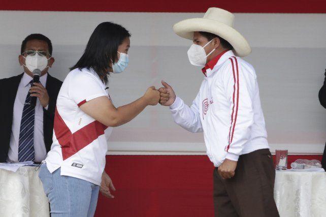 Keiko Fujimori y Pedro Castillo se saludan antes de comenzar el debate
