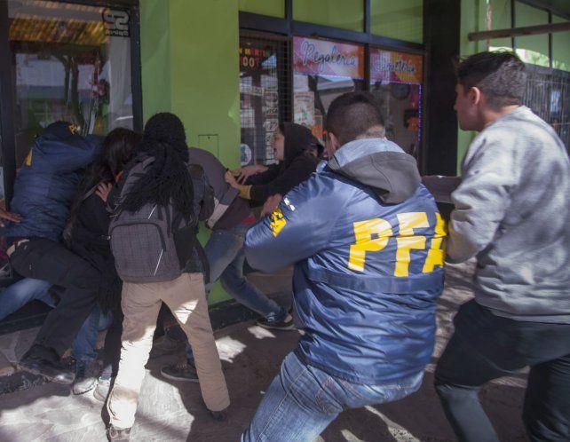 Se registraron incidentes entre manifestantes y custodios del fiscal del caso Maldonado