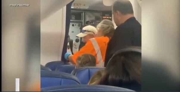 Una mujer quedó encerrada en el baño de un avión, que debió aterrizar de emergencia