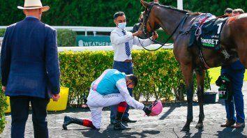 Pleitesía. El jockey italiano Frankie Dettori le rinde un merecido homenaje a la notable Enable .