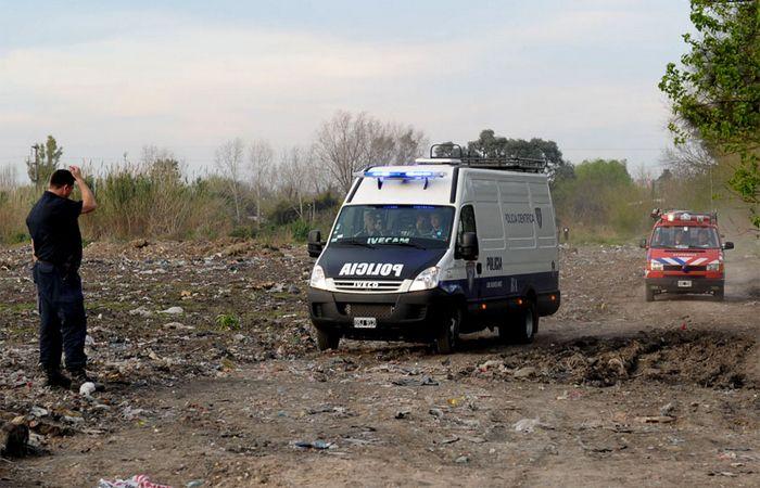 La policía realiza rastrillajes en la zona para encontrara pistas sobre el homicidio. (Foto: Télam)