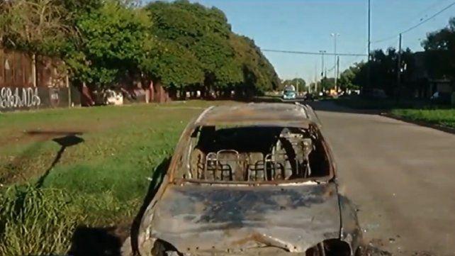 El Chevrolet Corsa quedó incinerado y a su alrededor se encontraron seis vainas servidas.