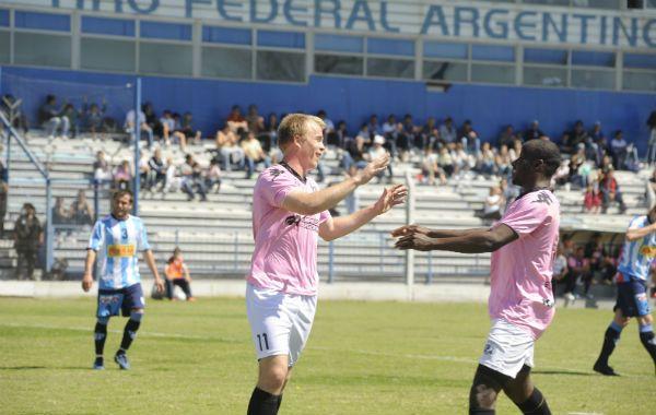 Venga ese abrazo. Resler acaba de convertir el gol y Angulo va a felicitarlo.