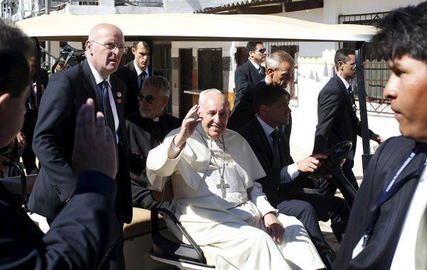 El papa Francisco saluda a los fieles al abandonar la prisión de Palmasola