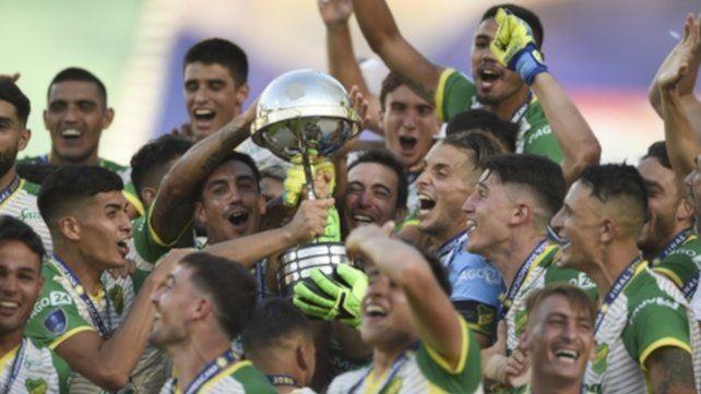 Todo Defensa es algarabía con la Copa Sudamericana en su poder.