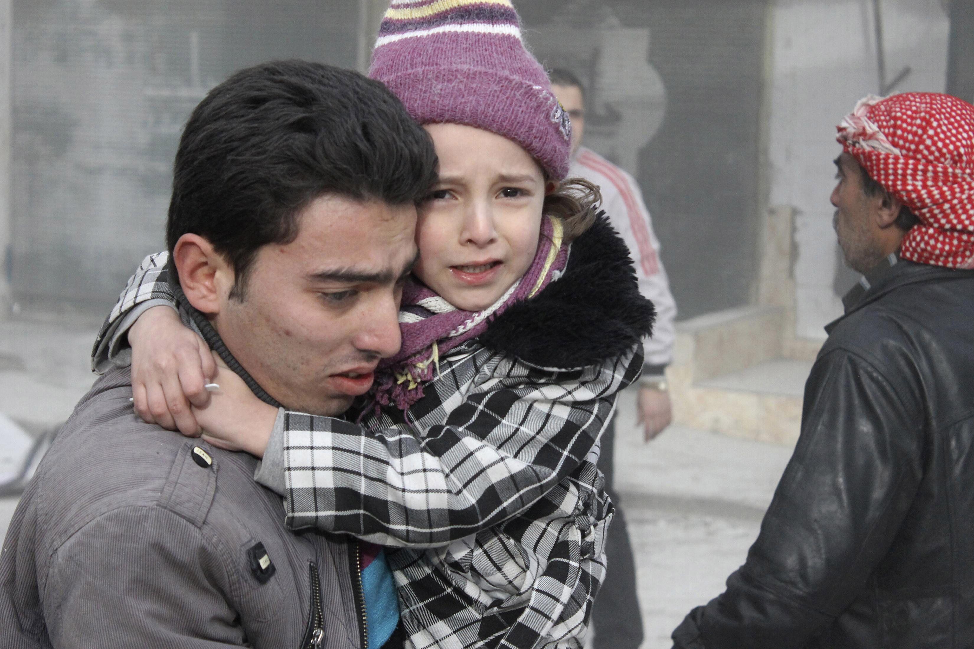 Los chicos eran evacuados ayer de un barrio de Aleppo mientras caían las bombas.
