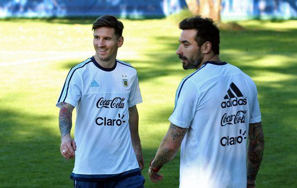 Leo y Pocho. La Pulga llegó de Barcelona y se puso a entrenar a la par de sus compañeros.