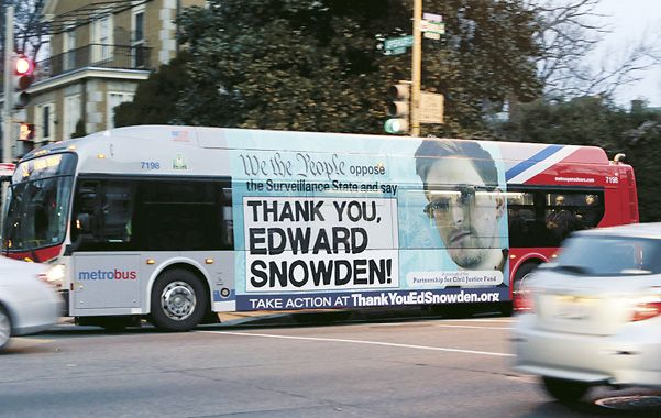 Debate. Un enorme afiche a favor del inculpado estadounidense aparece en el transporte público de Nueva York.