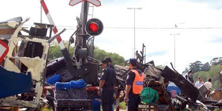 Tragedia en Dolores: un tren embistió a un micro y hay 17 muertos