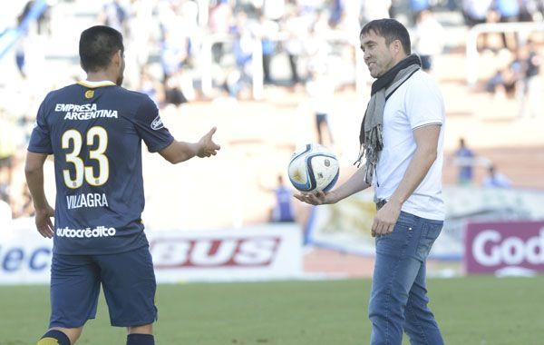 Villagra le pide la pelota a Coudet durante el partido ante Godoy Cruz