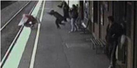 Milagro: un bebé cayó a las vías del tren, fue arrollado y se salvó