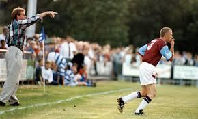 Redknapp mandó a cambiarse al aficionado y le hizo saltar al terreno de juego con el 3 en la espalda.