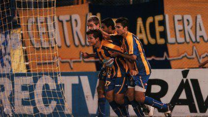 El primero. Vecchio celebra su primer gol ante Argentinos y lo felicitan Ruben, Eluchans y Vitti.