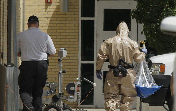 Expertos en explosivos ingresan a la vivienda del asesino.