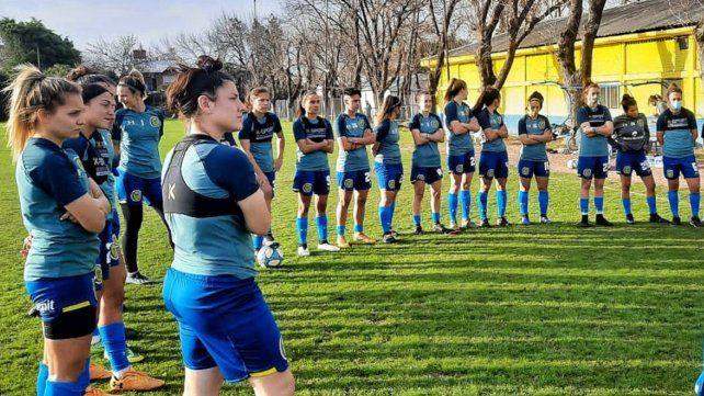 Las guerreras en la práctica durante la visita del cuerpo técnico de la selección.