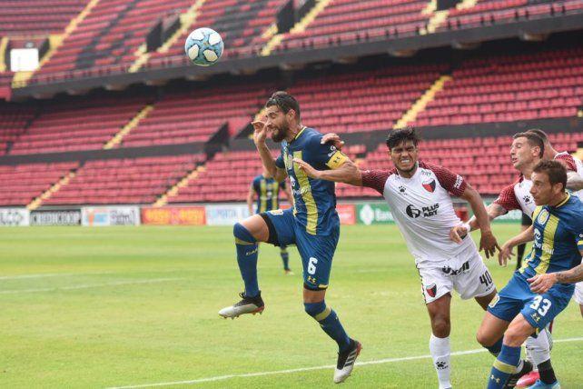 Joaquín Laso tuvo un partido para el olvido en la cancha de Colón. Jonathan Bottinelli también.